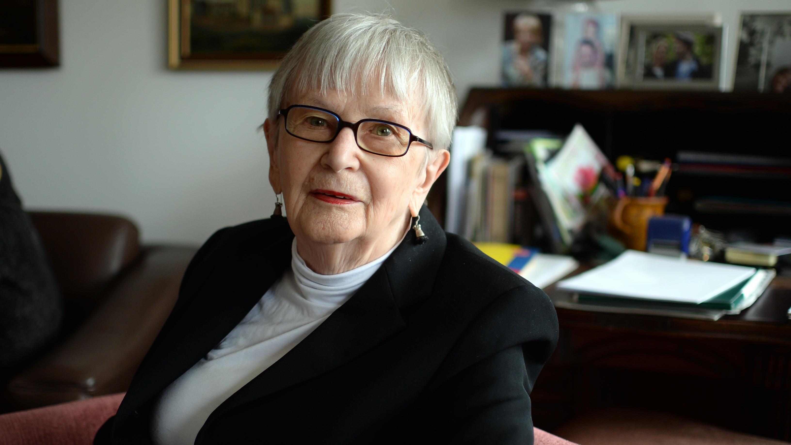Porträt von Leonie Ossowski in einem Wohnzimmer.