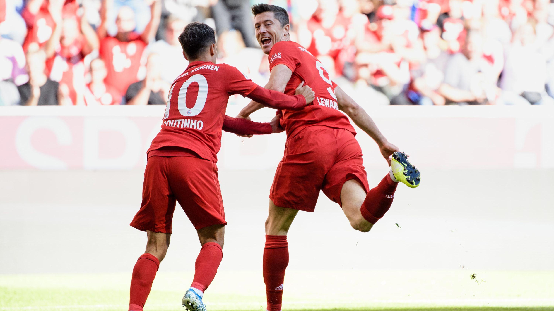 Lewandowski jubelt nach seinem Treffer zum 1:0 mit Philippe Coutinho