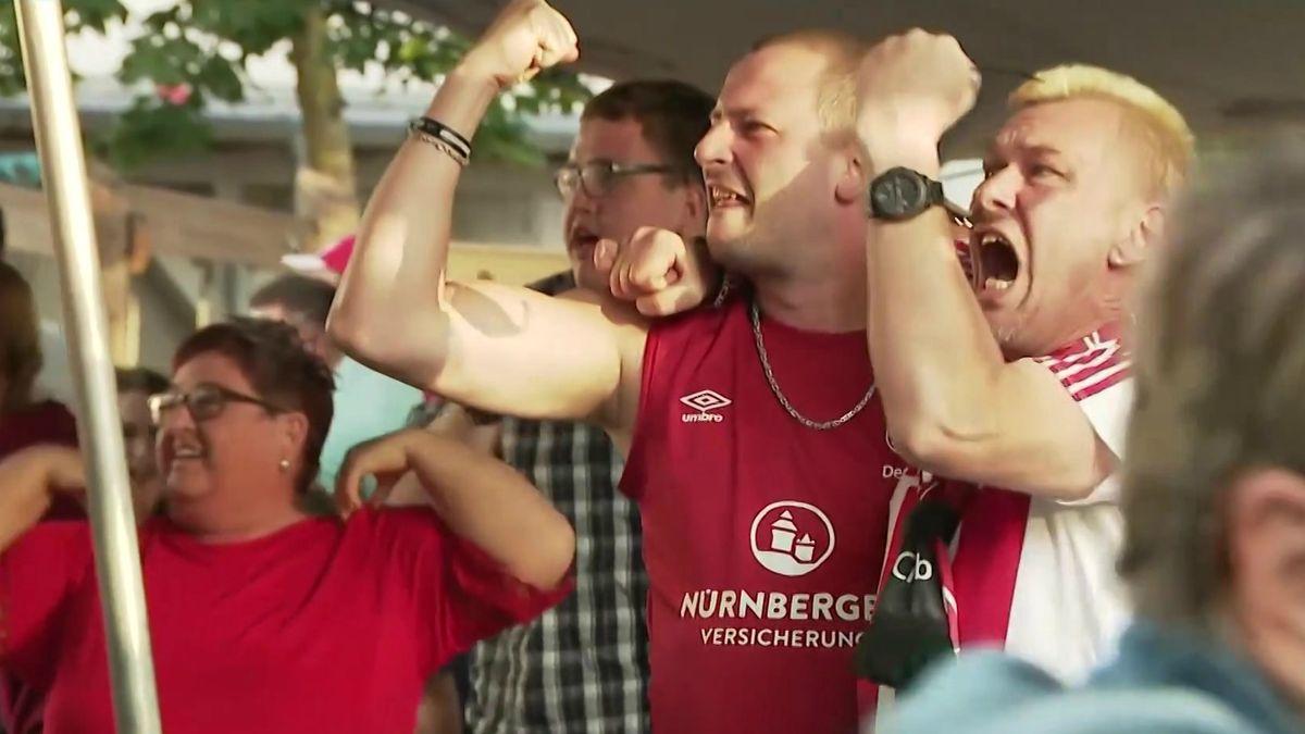 Club-Fans im Biergarten während des Relegationsrückspiels