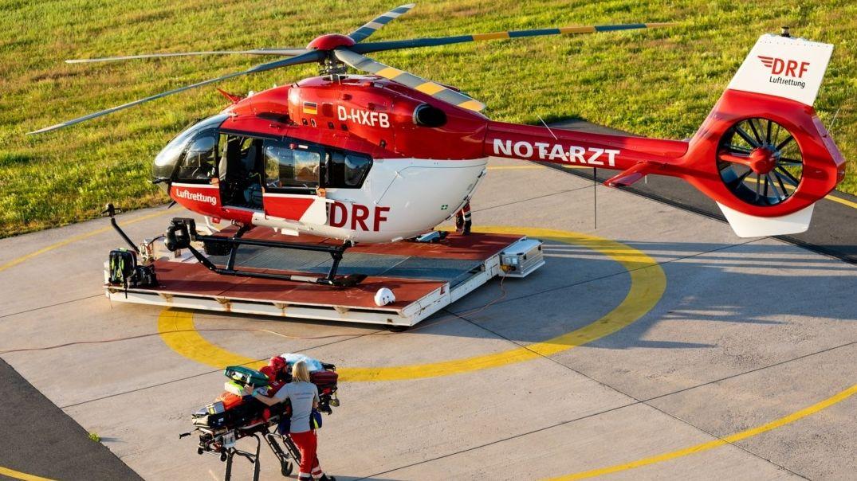 Ein Patient wird zum Rettungshubschrauber gebracht (Symbolbild)