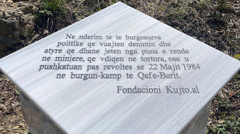 Ein Gedenkstein in Qafë Barit für Menschen, die bei der Zwangsarbeit in der Mine, durch Folter oder beim Aufstand im Mai 1984 starben.
