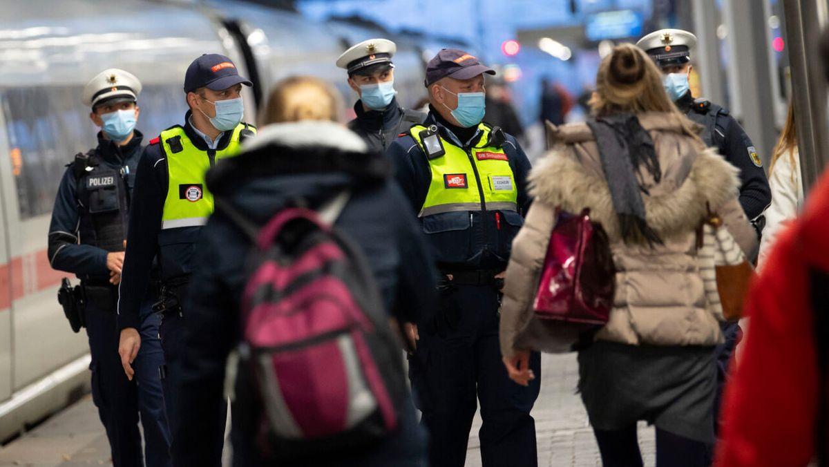 Polizei und Bahnbeamte sind im Einsatz, um Fahrgäste und Passanten auf das Tragen von Masken hin zu überprüfen.