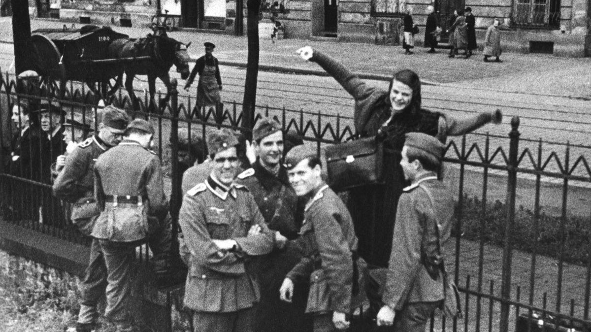 Historisches Foto mit Sophie Scholl am Zaun am Ostbahnhof.