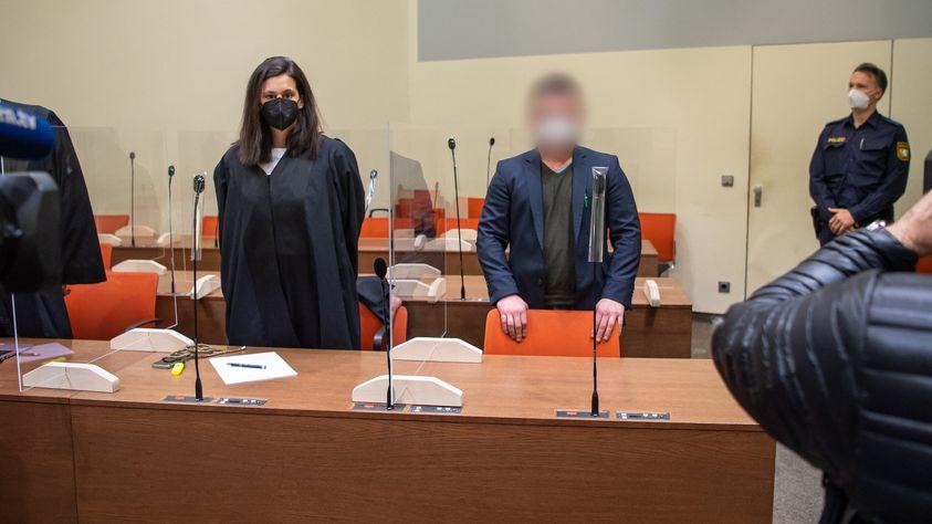 Der Verurteilte mit seiner Anwältin im Gericht.