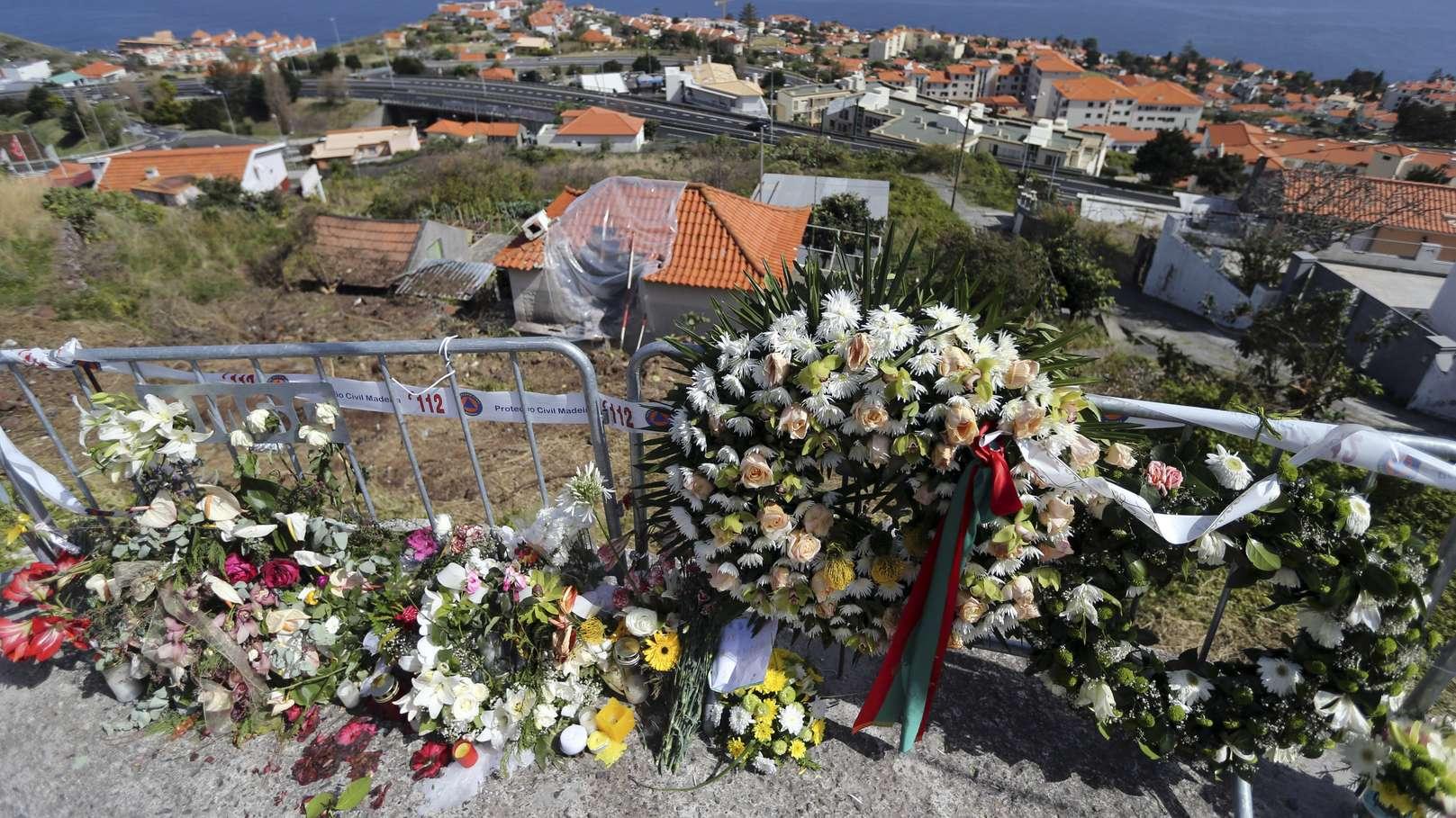 Blumen liegen an der Unfallstelle in Gedenken an das Busunglück. Bei dem Busunglück am 17.04.2019 auf der portugiesischen Atlantikinsel Madeira sind 29 Menschen ums Leben gekommen.