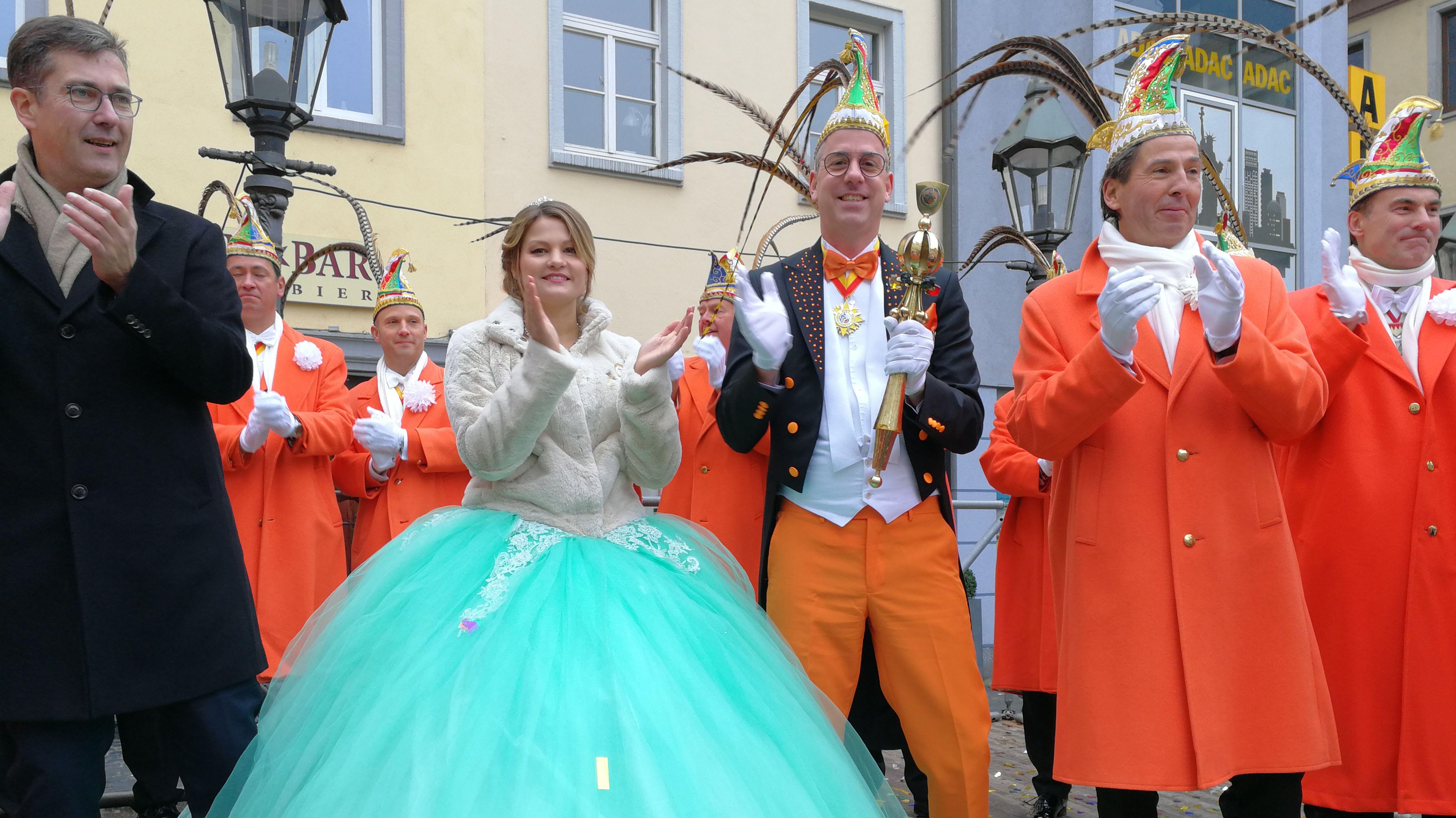 Das neue Würzburger Prinzenpaar Britta I. und Robert II. bei seiner Vorstellung in der Innenstadt.