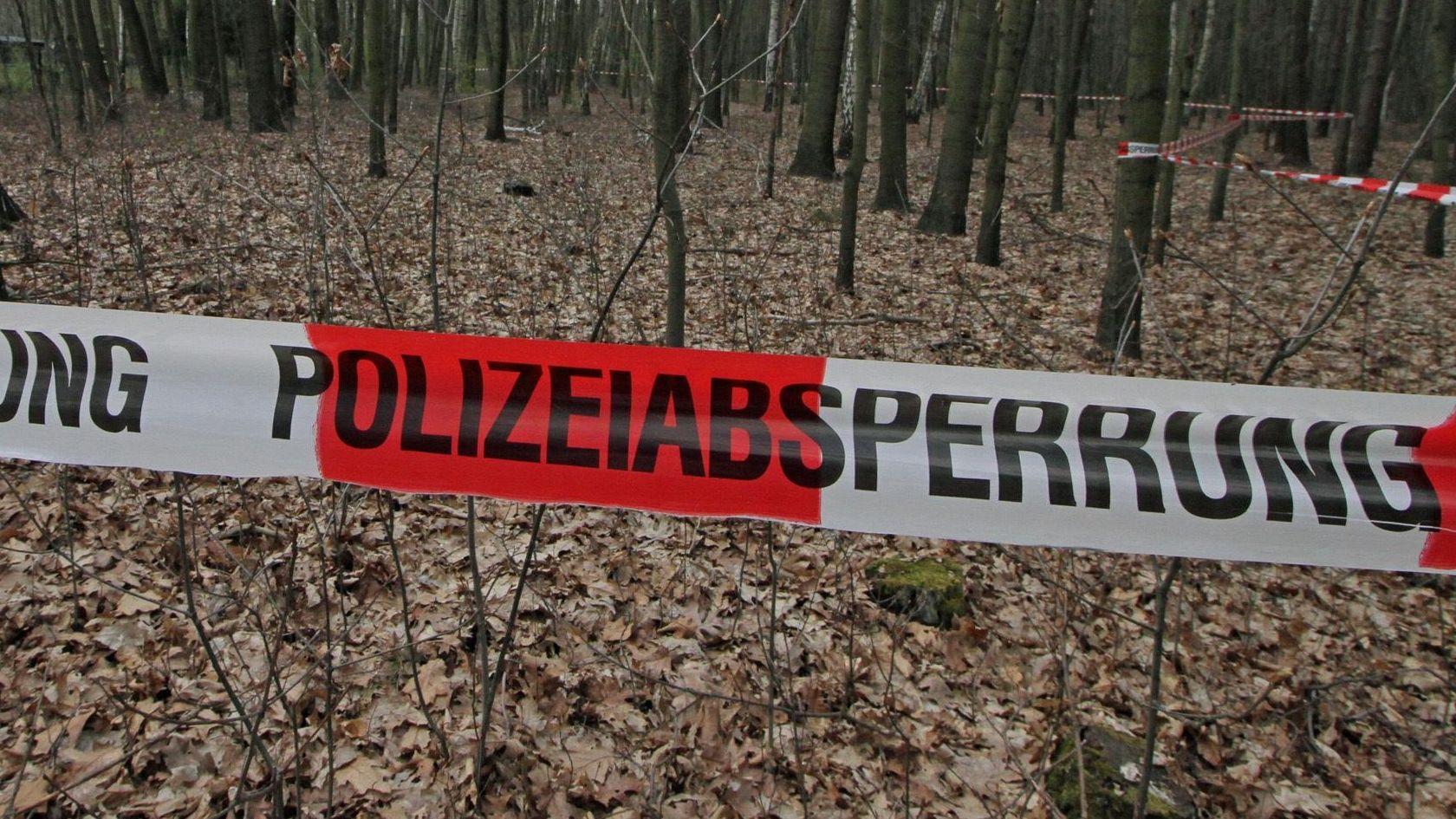 Symbolbild Polizeiabsperrung im Wald