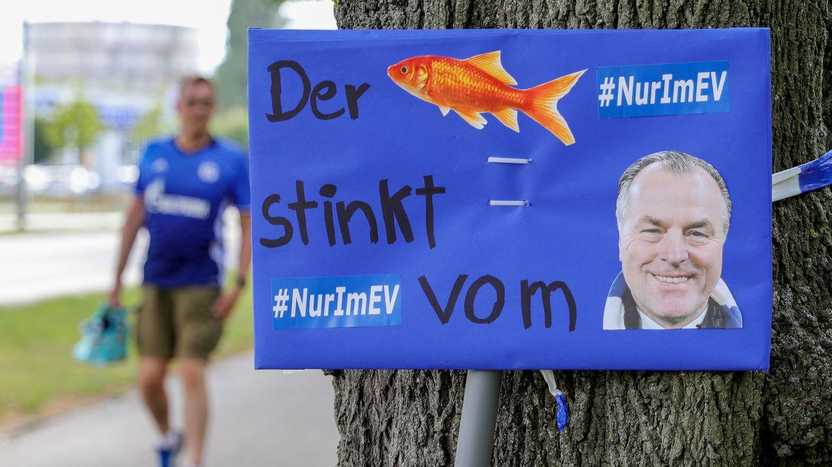Protestplakat gegen Clemens Tönnies am Vereinsgelände