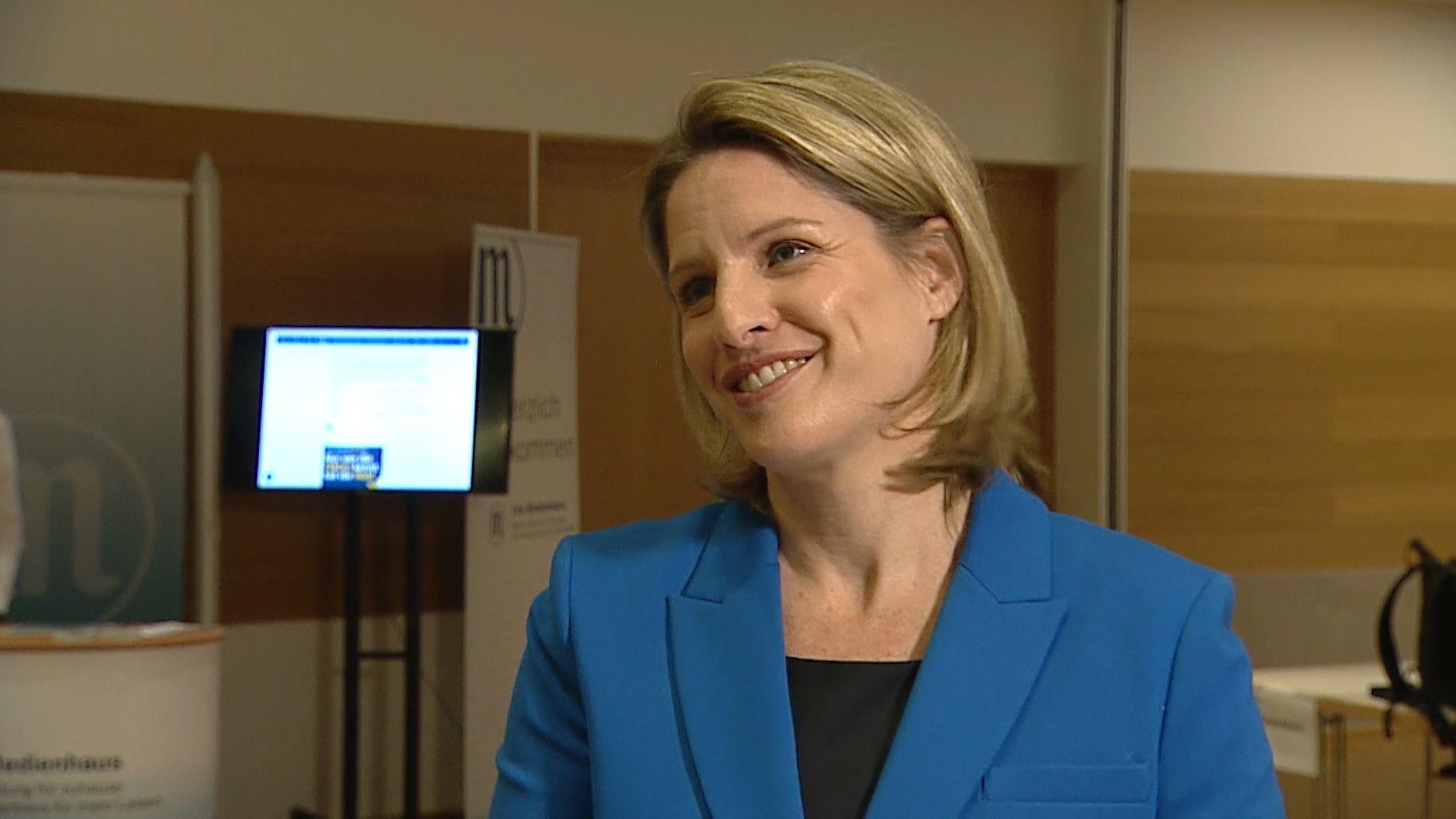 Regensburg hat gewählt. Jetzt steht eine Stichwahl an: Astrid Freudenstein von der CSU tritt gegen Gertrud Maltz-Schwarzfischer an - Freudenstein zeigt sich mit dem Ergebnis zufrieden.