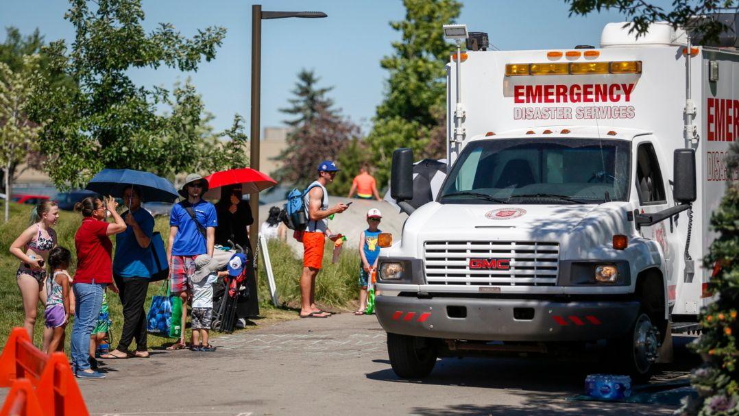 Calgary: Ein Rettungswagen der Heilsarmee dient als Kühlstation, während die Menschen Schlange stehen, um in einen Wasserpark zu gelangen