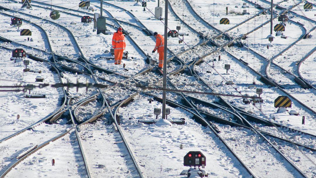 Bahngleise in München im Winter