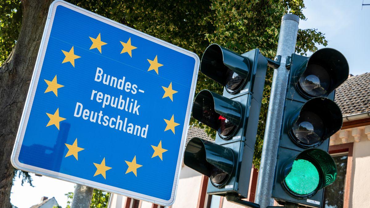Hohenwutzen, 04.07.2021, ein Schild mit Schriftzug: Bundesrepublik Deutschland steht neben einer gruenen Ampel vor Grenze zu Polen