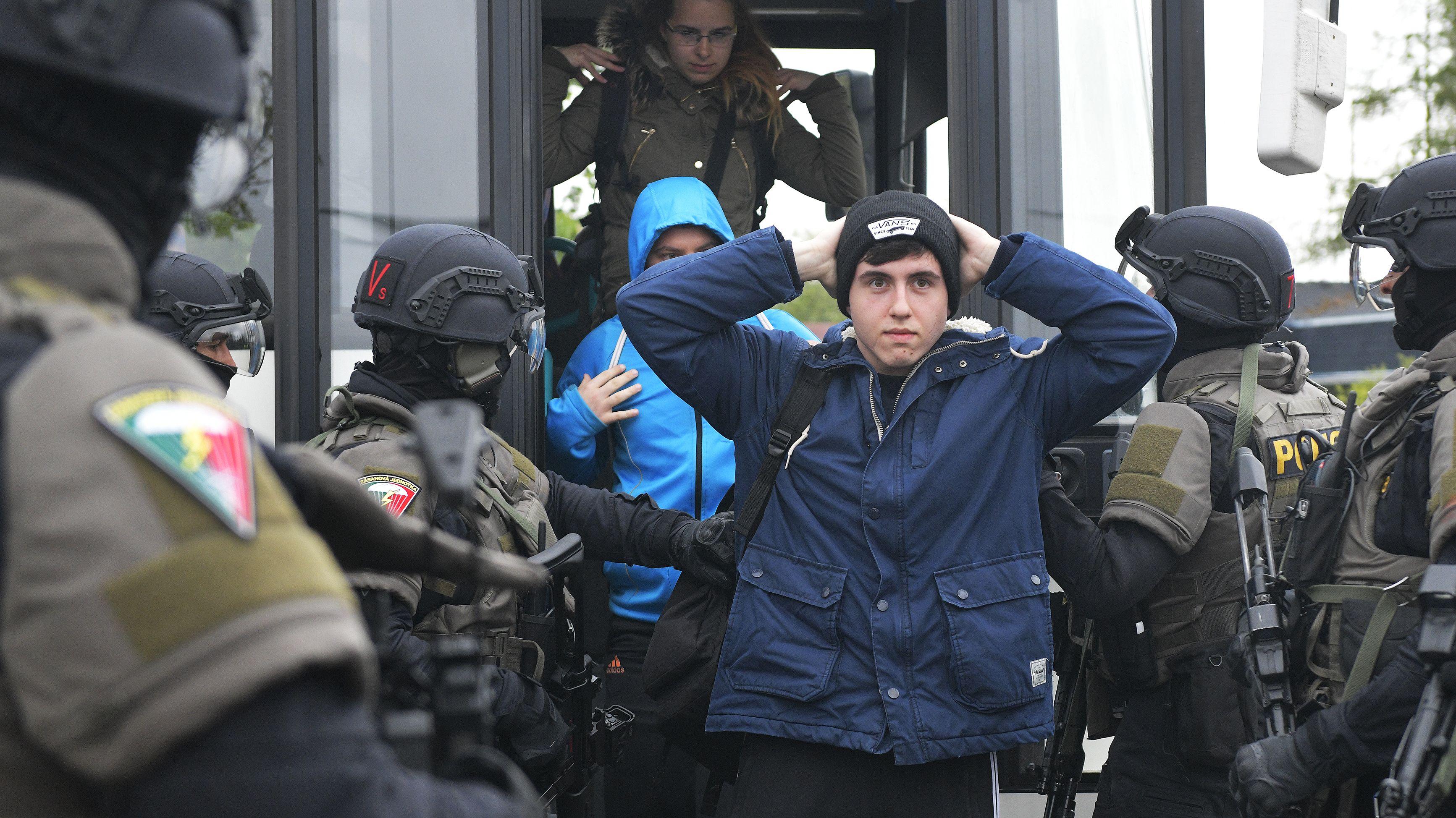 Polizeischüler aus Tschechien schlüpften bei der Übung in die Rolle von illegalen Migranten, die festgestellt werden sollten.