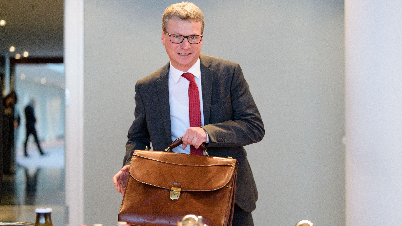 Bernd Sibler (CSU), Wissenschaftsminister von Bayern, nimmt zu Beginn einer Sitzung seinen Platz ein