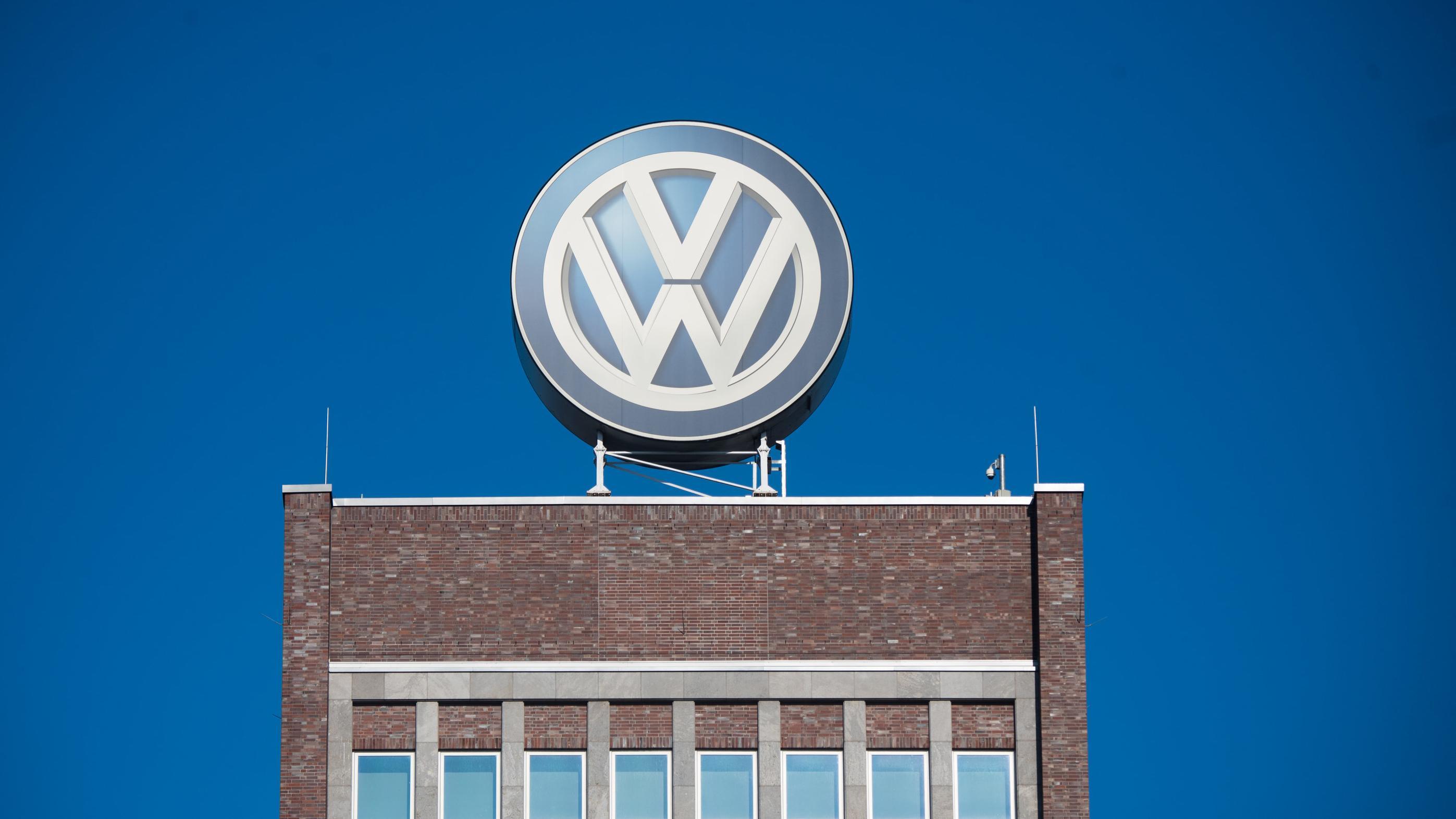 VW-Logo im VW-Werk in Wolfsburg