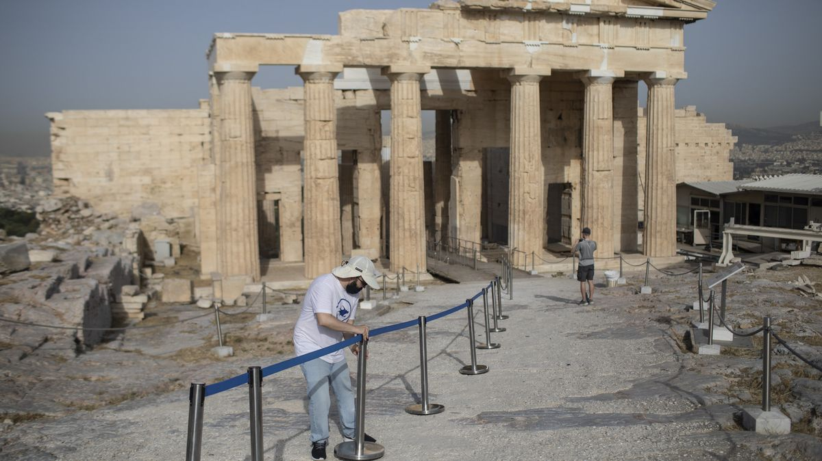 Griechenland, Athen: Ein Angestellter stellt Abgrenzungsständer für Besucher vor den Propyläen in der Athener Akropolis auf.