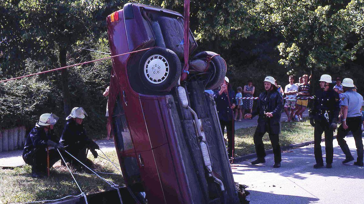 Bilder aus dem Jahr 1994 zeigen, wie das eingesunkene Auto damals per Kran geborgen werden musste.