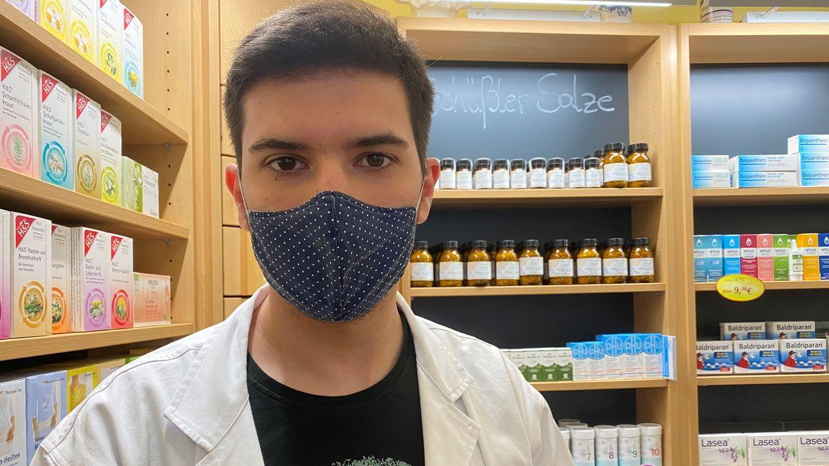 Chalid Marashdeh arbeitet in der Engel Apotheke in Regensburg. Er befürchtet, dass Leute das kostenlose Angebot ausnutzen könnten.