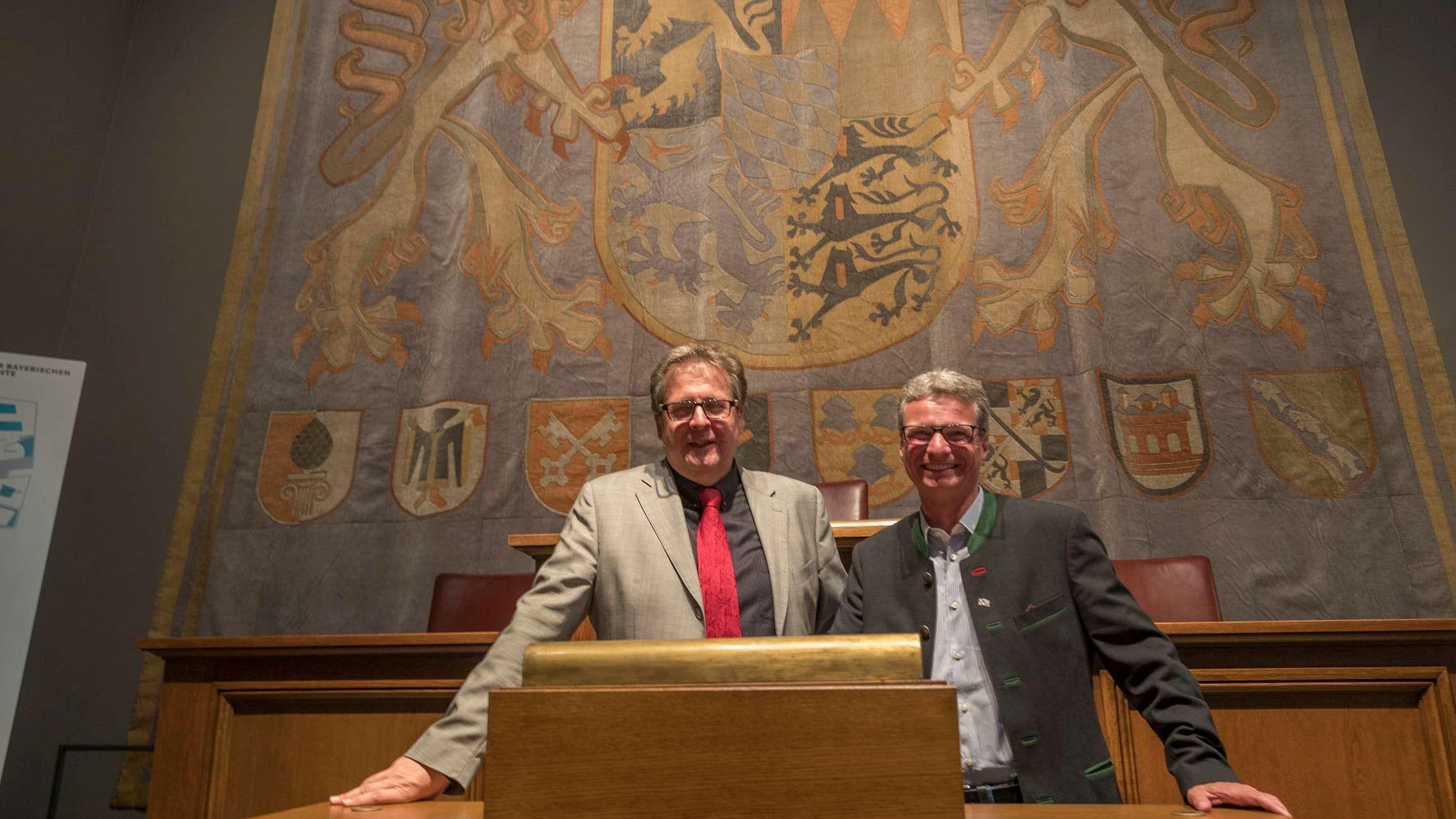 Richard Loibl, Direktor des Hauses der Bayerischen Geschichte, und Kunstminister Bernd Sibler vor dem früheren Landtagsteppich.