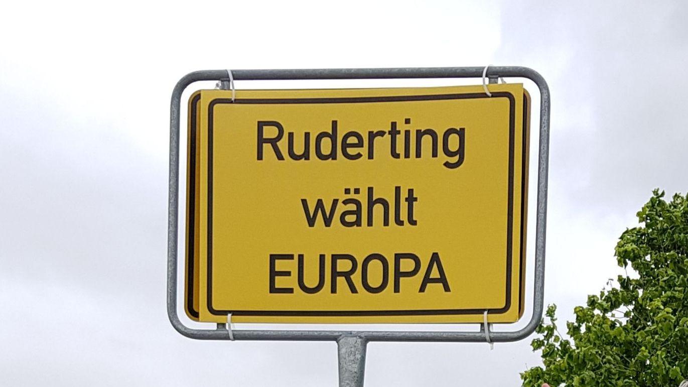 Das Europa-Ortstaferl für Ruderting muss dem normalen Ortsschild jetzt wieder weichen.