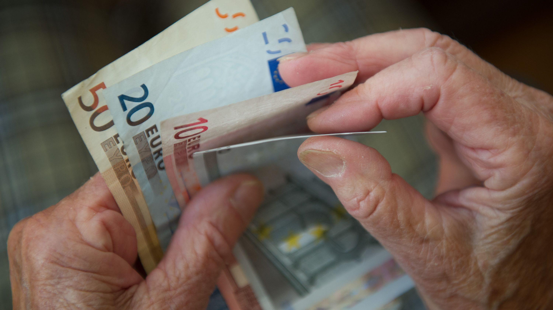 Symbolbild zur Grundrente: Seniorin zählt Geldscheine
