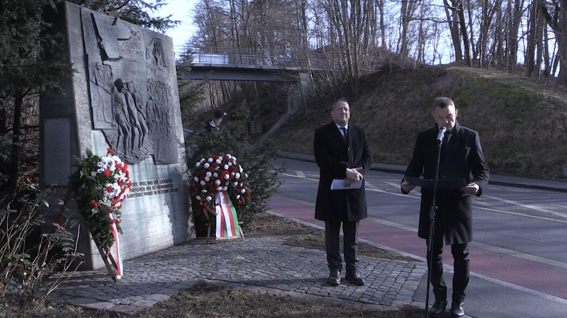 Kranzniederlegung am Todesmarsch-Denkmal in Landsberg am Lech