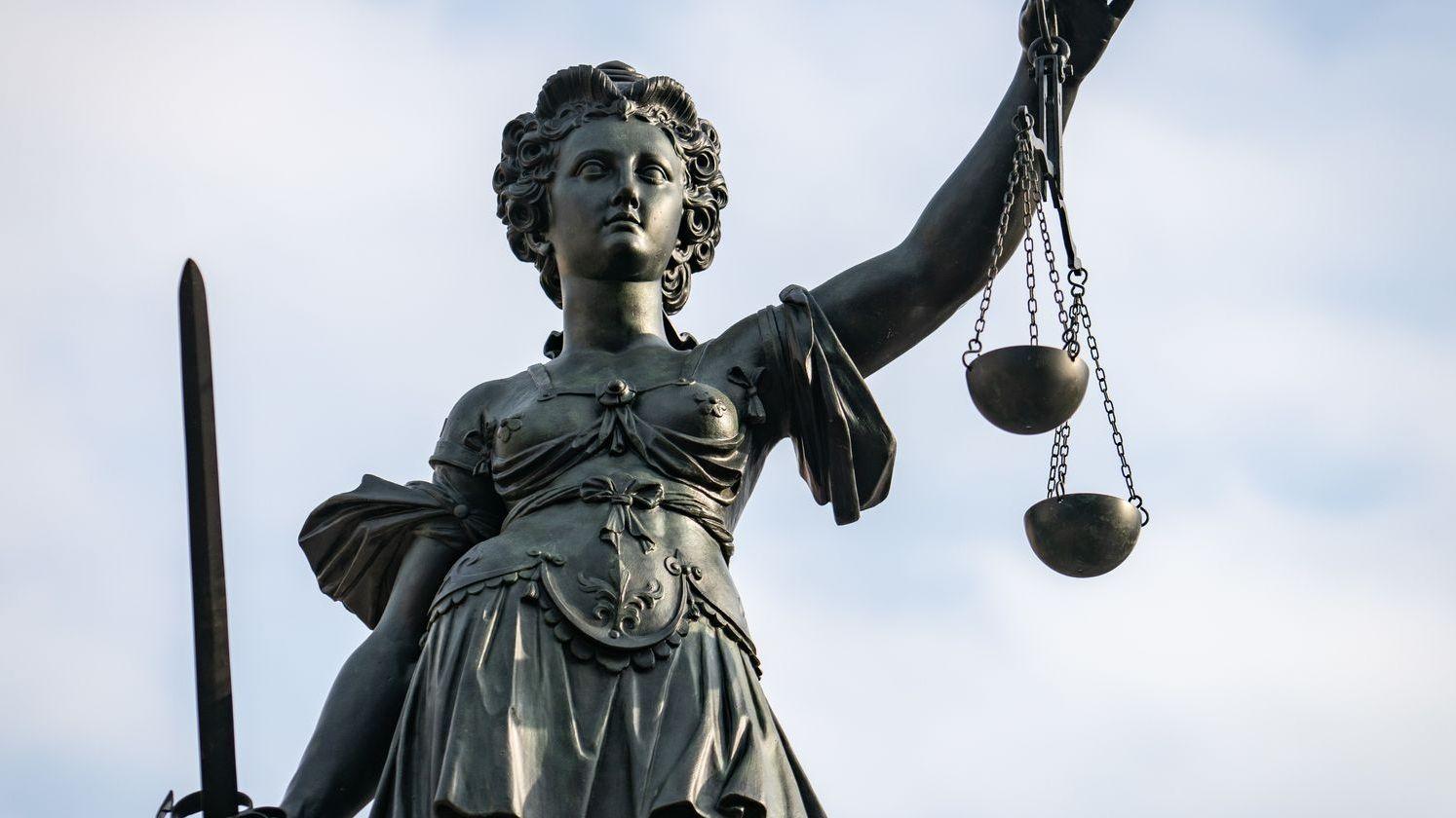 """Göttin """"Justitia"""" mit Schwert und Waage"""