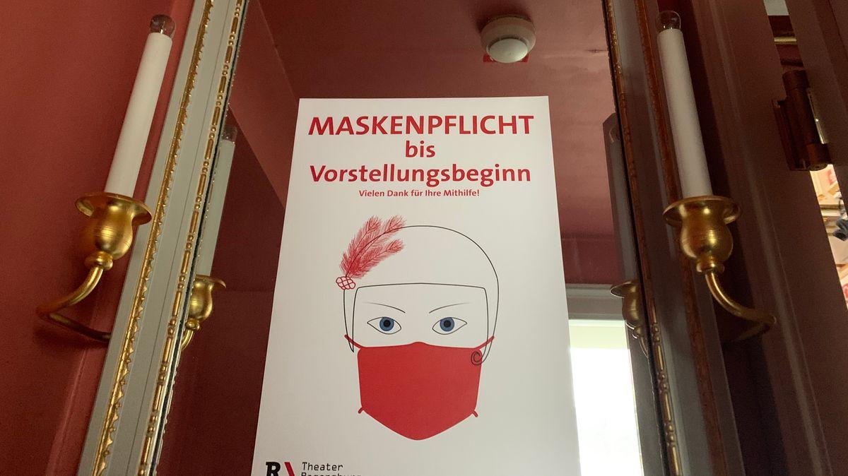 Bild von Schild mit Hinweis auf Maskenpflicht im Saal
