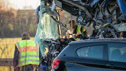 Polizisten am Unfallort in Ammerndorf   Bild:picture alliance/dpa
