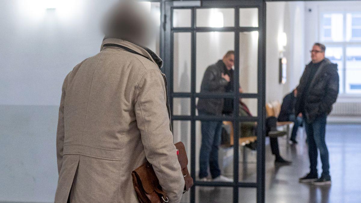 Der angeklagte Unternehmer auf dem Weg zum Verhandlungssaal des Landgerichts Regensburg