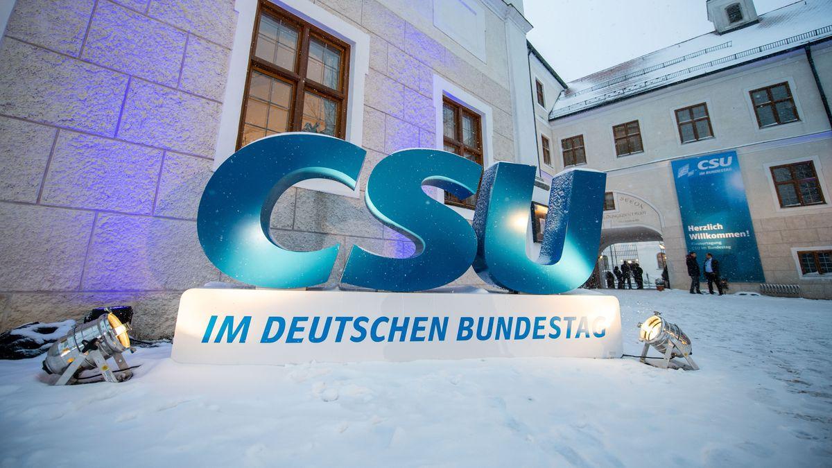 CSU-Logo im Schnee vor Kloster Seeon, wo die Landesgruppe ab Montag tagt