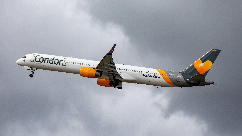 Flugzeug von Condor in der Luft.