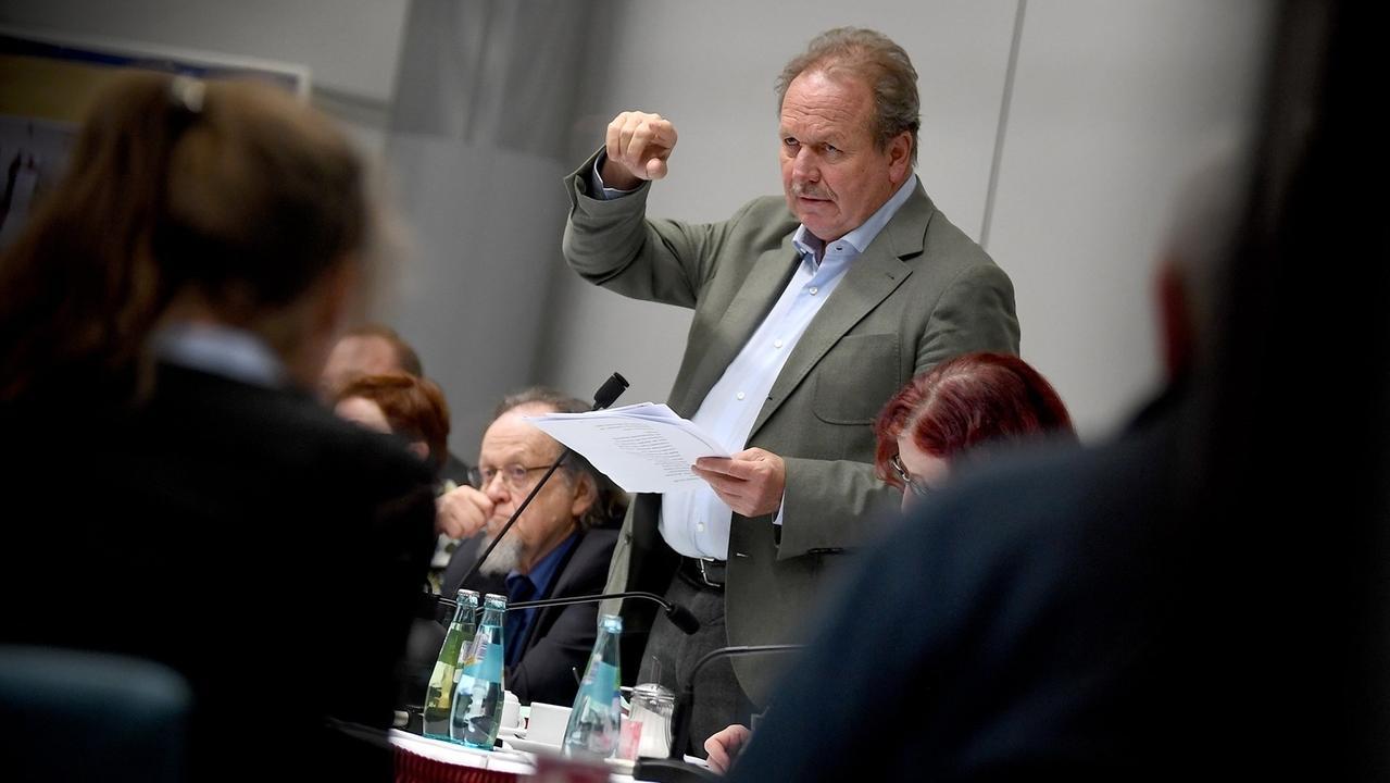 Frank Bsirske, Vorsitzender der Gewerkschaft Verdi, berichtet der Verhandlungskommission den Stand der Tarifverhandlungen für den öffentlichen Dienst der Länder.