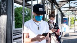 Zwei Jugendliche am Handy | Bild:pa/dpa