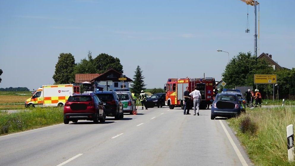 Unfallstelle im Deggendorfer Ortsteil Stauffendorf. Links neben dem Feuerwehrfahrzeug der Kleinwagen gegen den der Motorradfahrer prallte