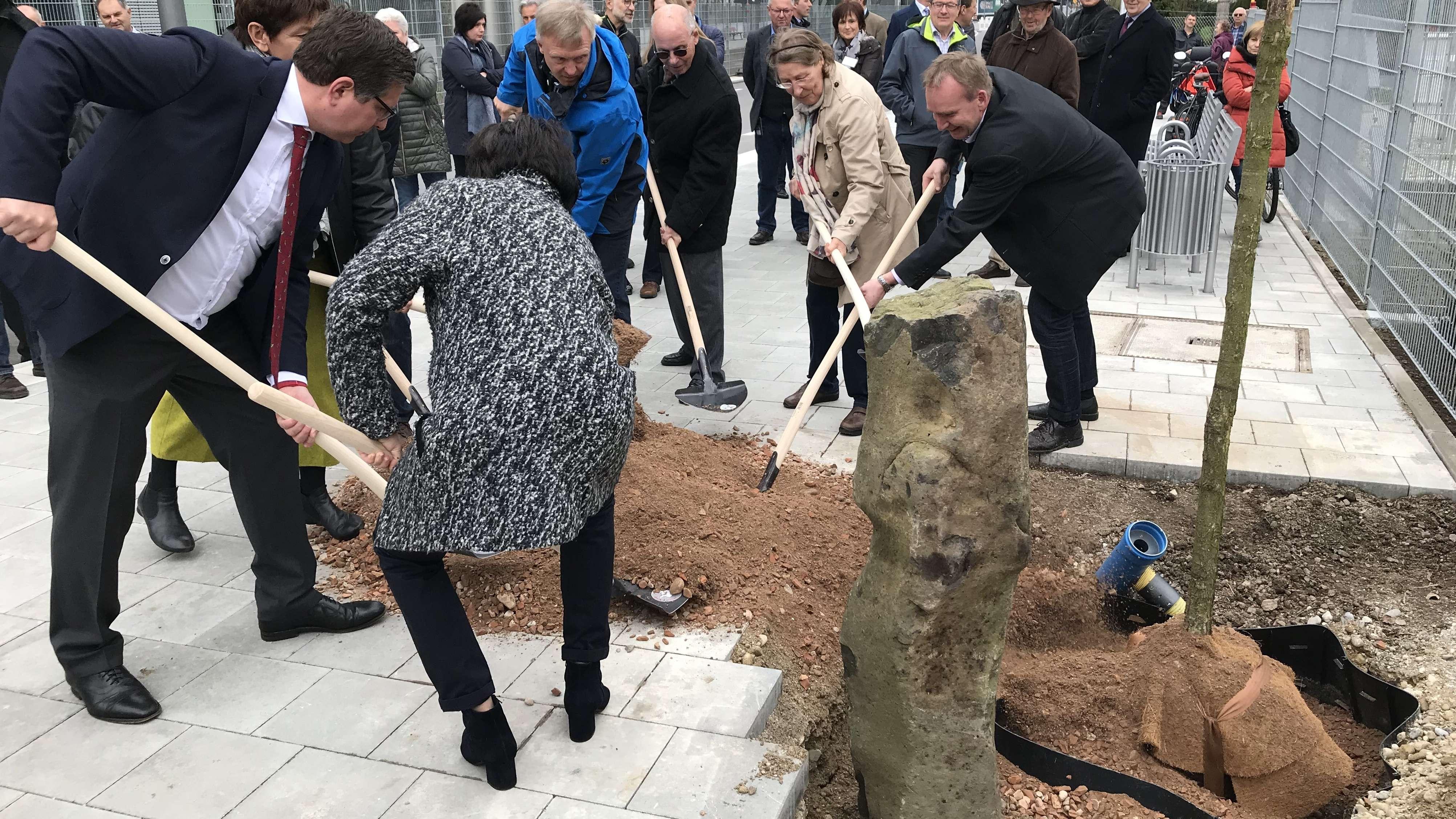Baumpflanzaktion zu Ehren von Joseph Beuys in Traunreut
