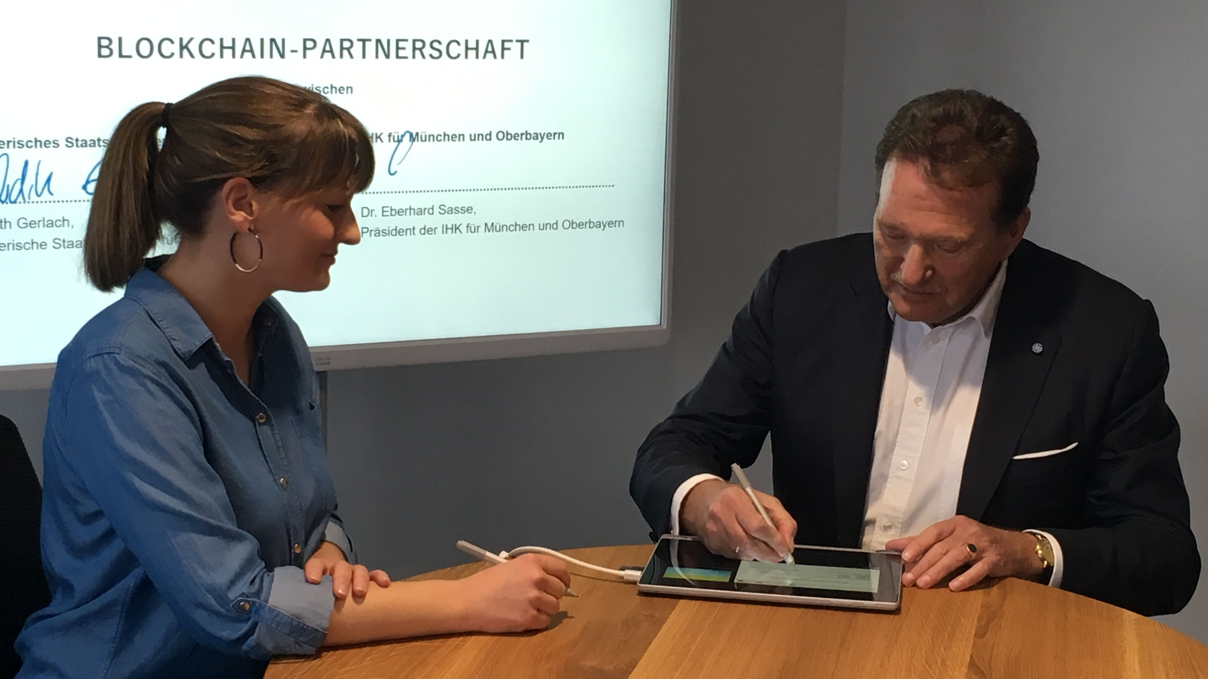 Digitalministerin Judith Gerlach und Eberhardt Sasse, Präsident der IHK München und Oberbayern starten die gemeinsame Blockchain-Initiative
