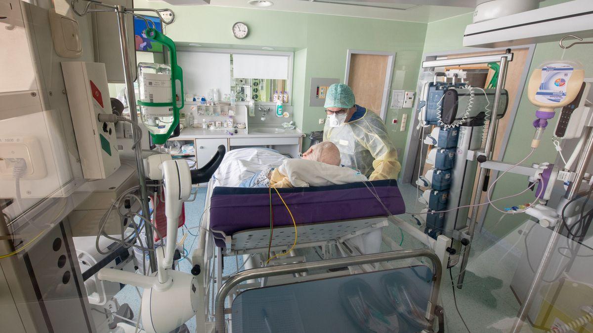 Ein Arzt bei der Visite am Intensivbett eines Corona-Patienten