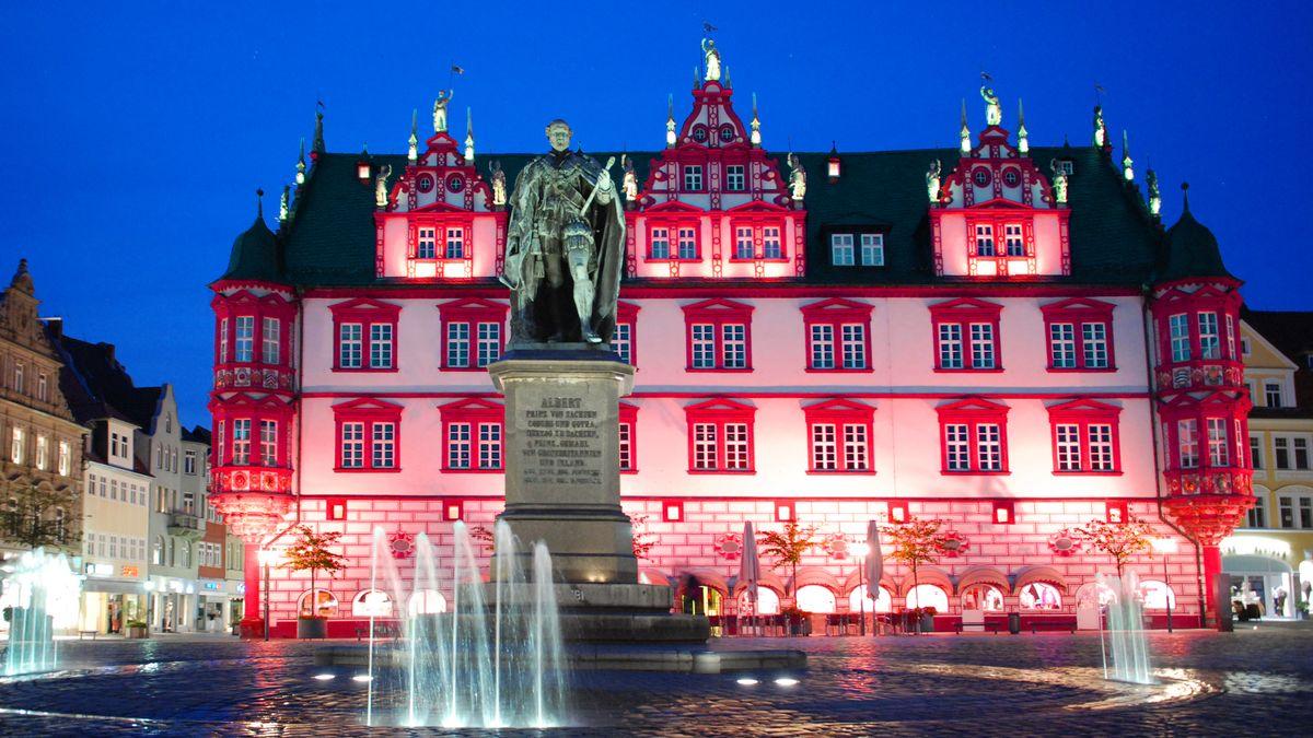 Das rot angeleuchtete Coburger Stadthaus