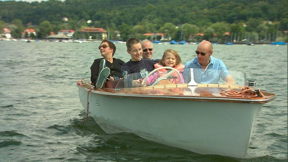 Regenbogenfamilie beim Bootsausflug
