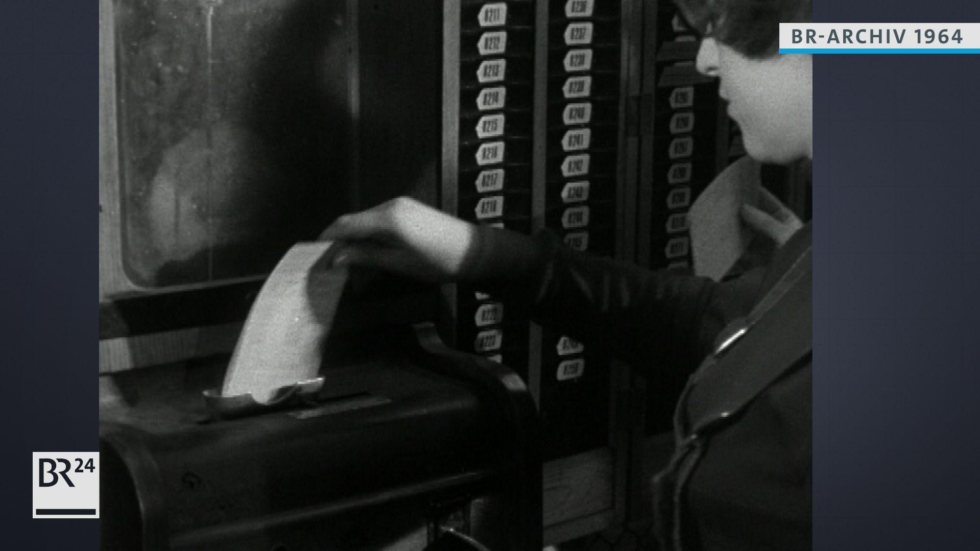 Frau beim Stempeln ihrer Karte zur Arbeitszeiterfassung
