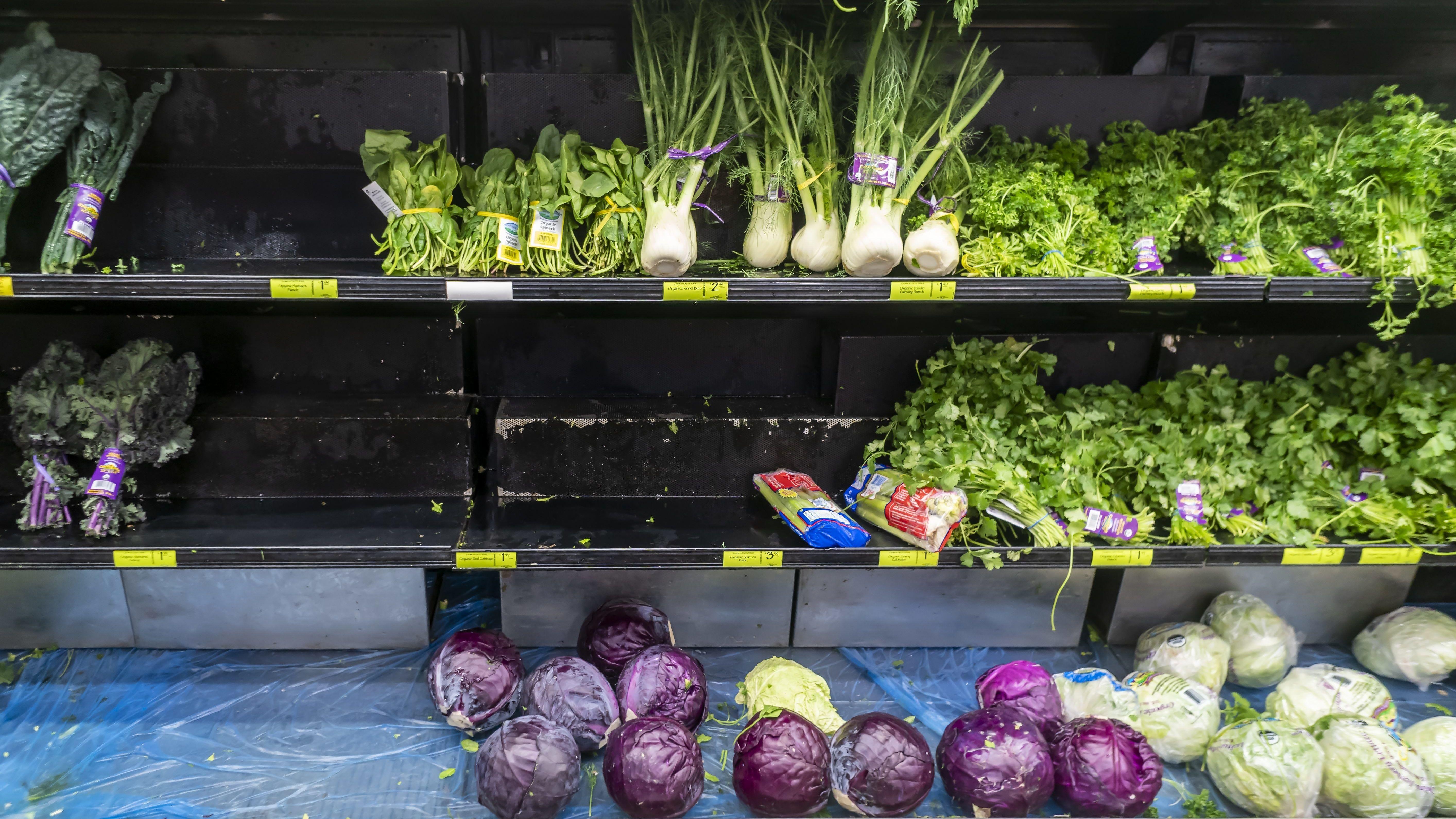 Gemüseregal in einem Supermarkt