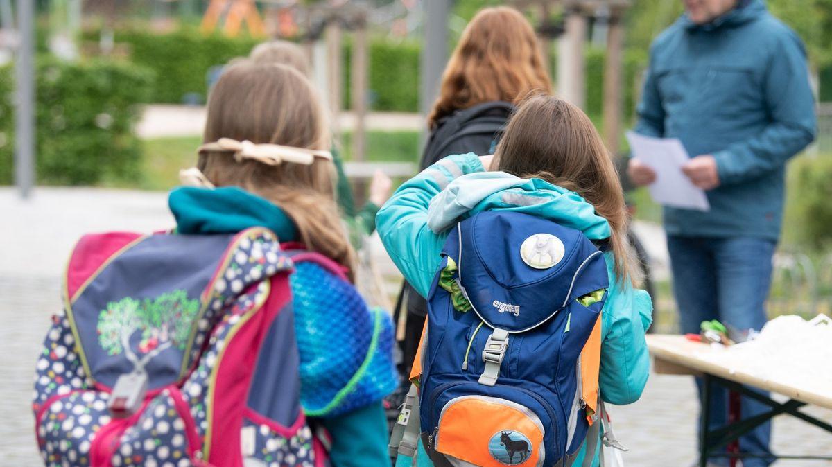 """Schüler einer vierten Klasse stehen vor der 103. Grundschule """"Unterm Regenbogen""""  und werden auf verschiedene Klassenzimmer aufgeteilt"""