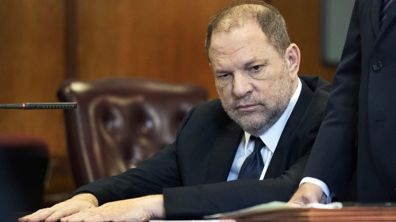 Filmproduzent Harvey Weinstein sitzt im Juni 2018 in einem Gerichtssaal.