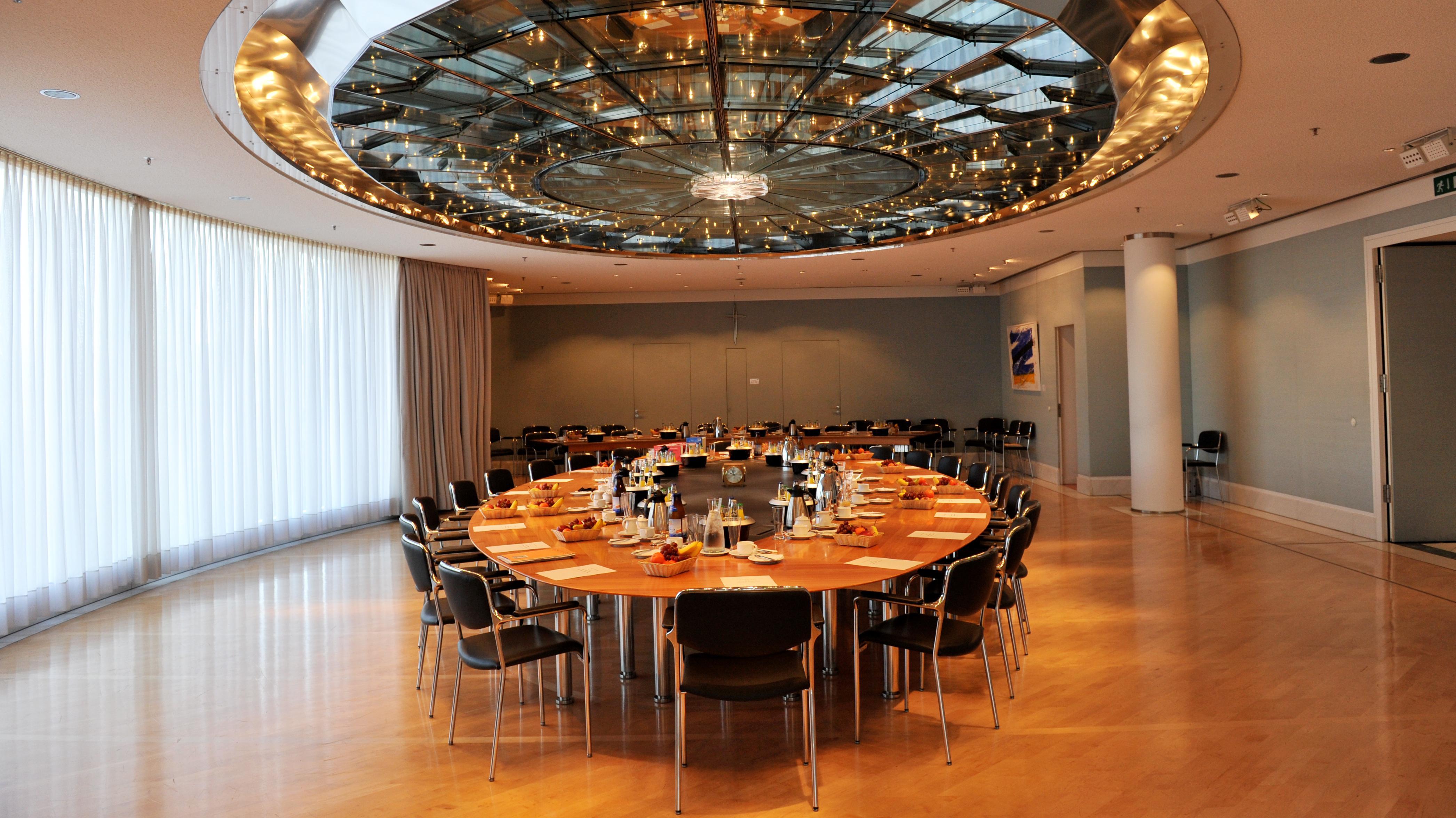 Leerer Tisch im Kabinettssaal in der Staatskanzlei in München