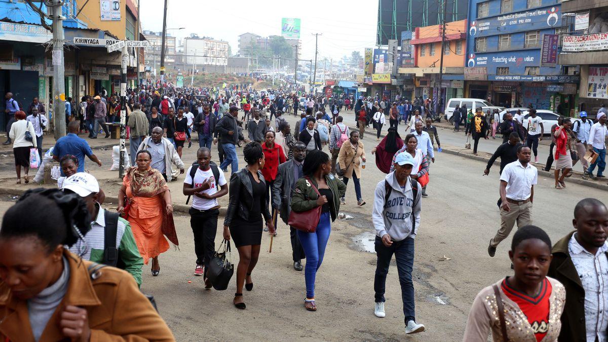 Menschen auf Straße im Stadtzentrum der kenianischen Hauptstadt Nairobi.
