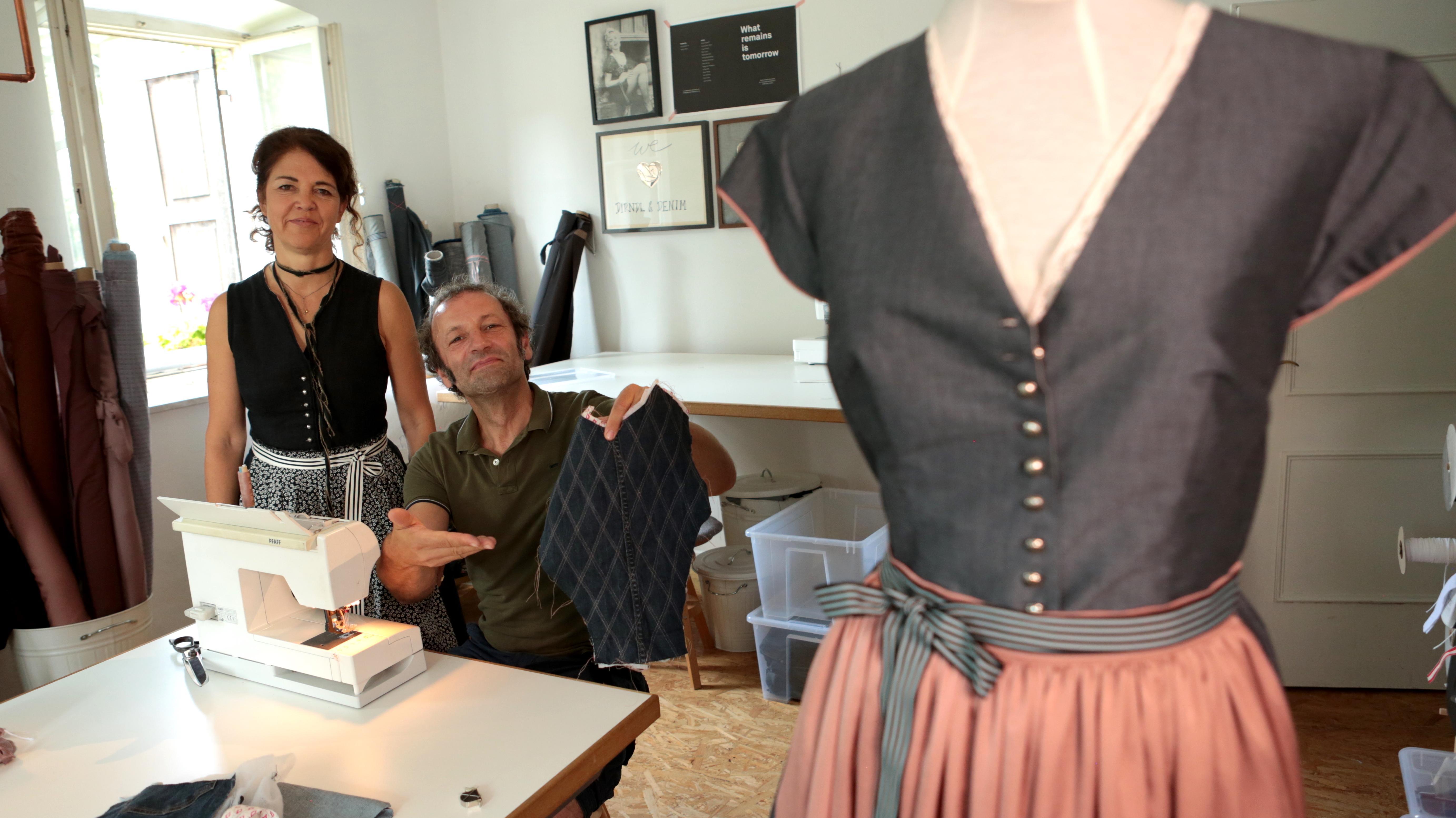 """Im Chiemgau näht der Schmidt Max aus Tischdecken, Jeans und anderen Reststoffen ein Dirndl, als Kursteilnehmer bei einer Modedesignerin, die sich auf Dirndl und """"Upcycling"""" spezialisiert hat."""