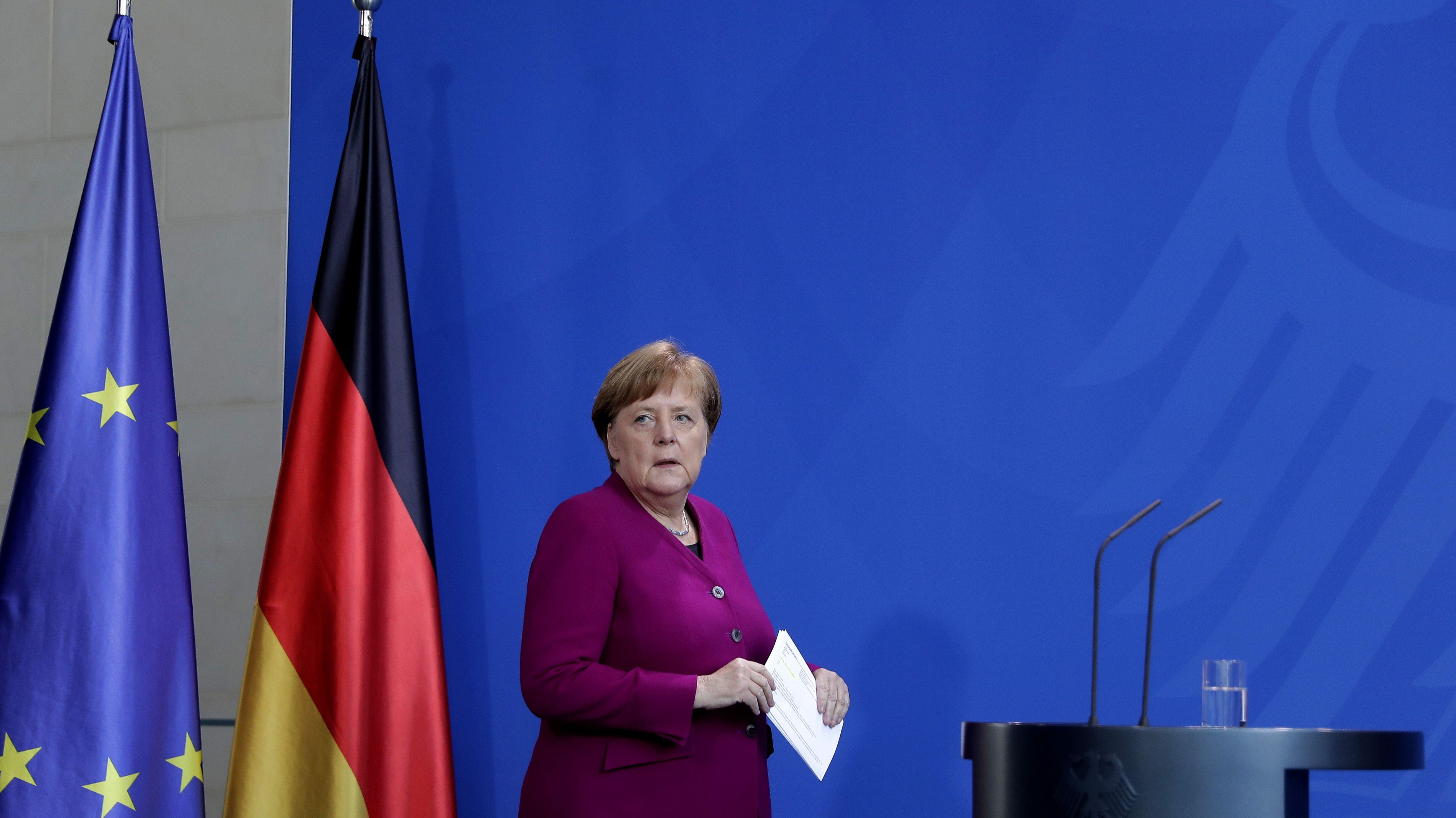 Bundeskanzlerin Angela Merkel (CDU) kommt zu einer Pressekonferenz.