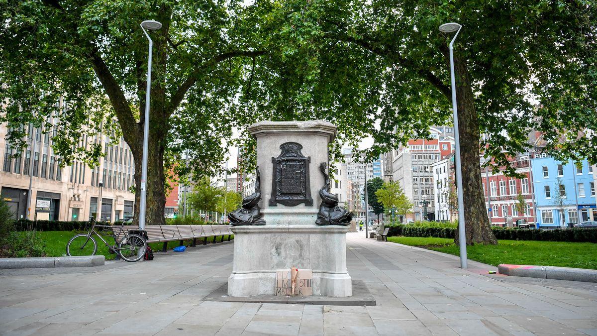 Auf einem Platz in Bristol steht ein leerer Sockel einer Statue.