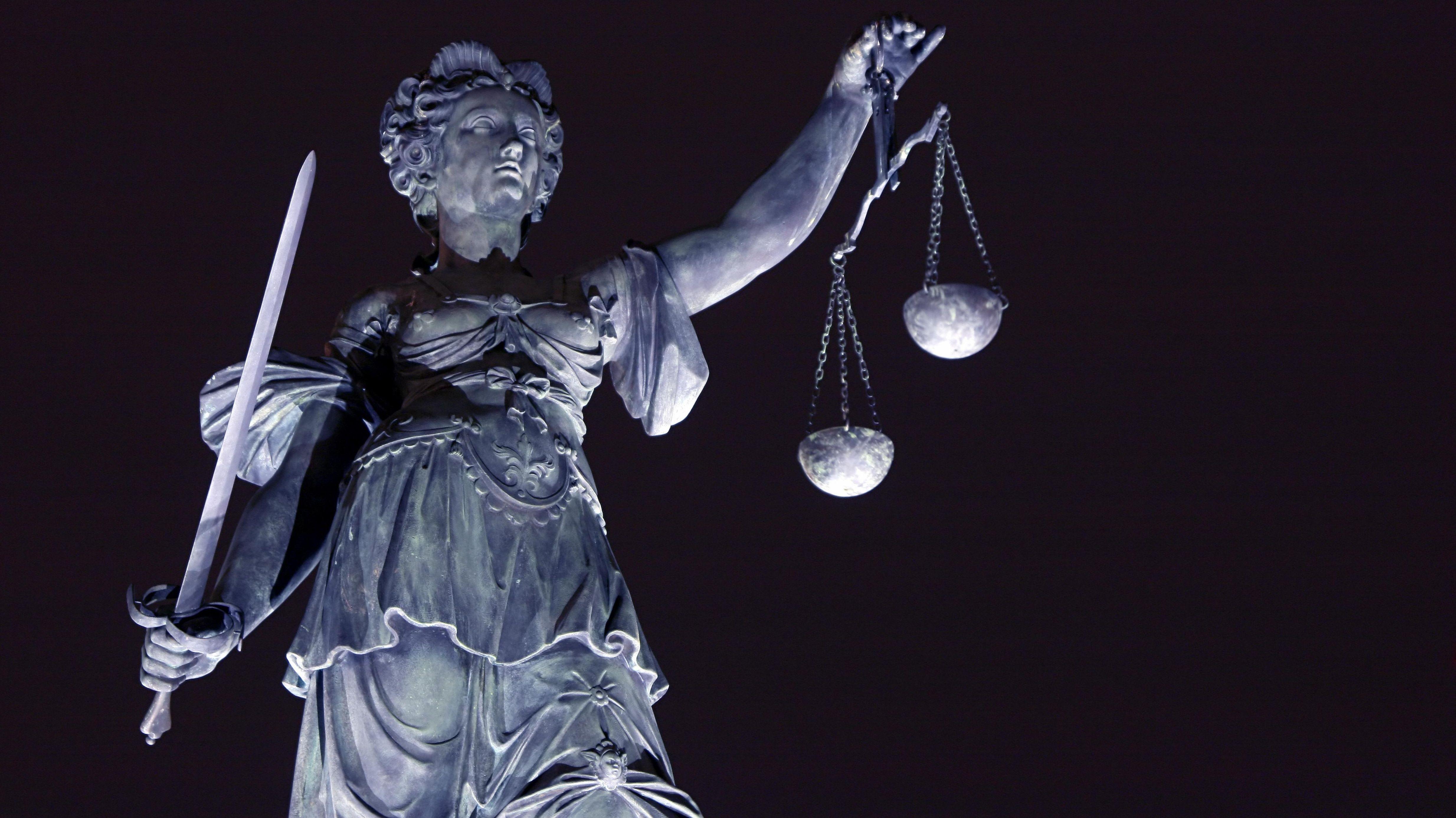 Justitia-Brunnen bei Nacht